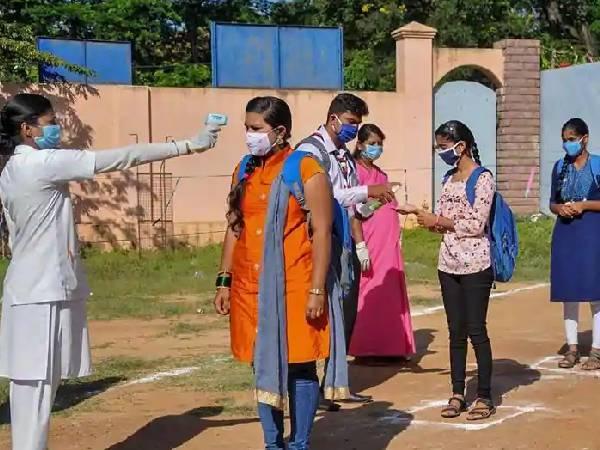 कोरोना महामारी के बीच बेंगलुरु में सेंट जोसेफ कॉन्वेंट गर्ल्स हाई स्कूल ऐसे ले रहा एसएसएलसी परीक्षा