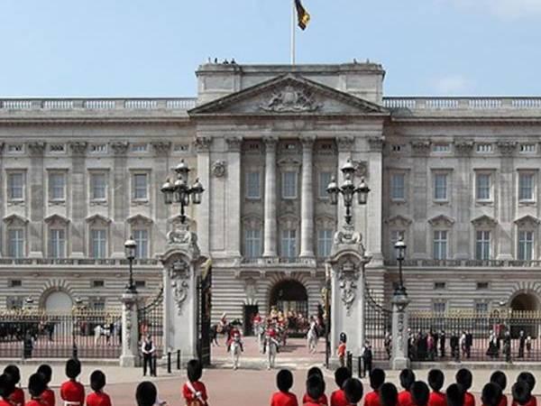 Corona Effect: रानी एलिजाबेथ के बकिंघम पैलेस के कर्मचारियों पर नौकरी गंवाने का संकट