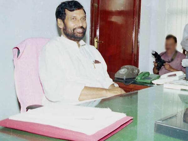 Ram Vilas Paswan Death News: रामविलास पासवान का निधन, लॉ की पढ़ाई के बाद बिहार पुलिस में डीएसपी बने