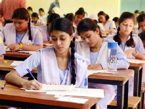 UPBoard Exam 2021: पहली अपने स्कूल के केंद्र पर ही परीक्षा दे सकेंगी छात्राएं, बदले नियम